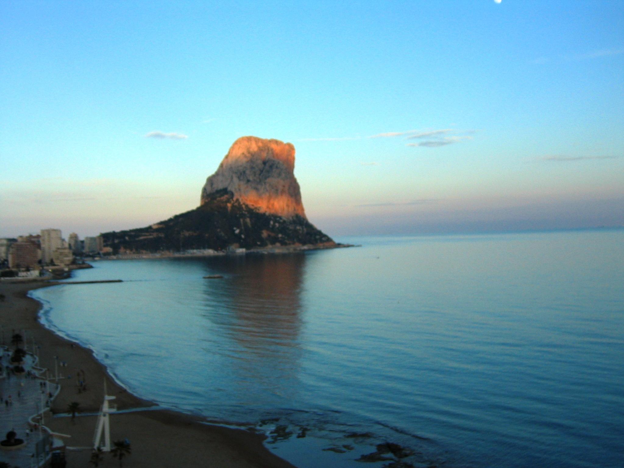Foto playa Cala Calalga. Peñon de Ifach , ardiendo!!