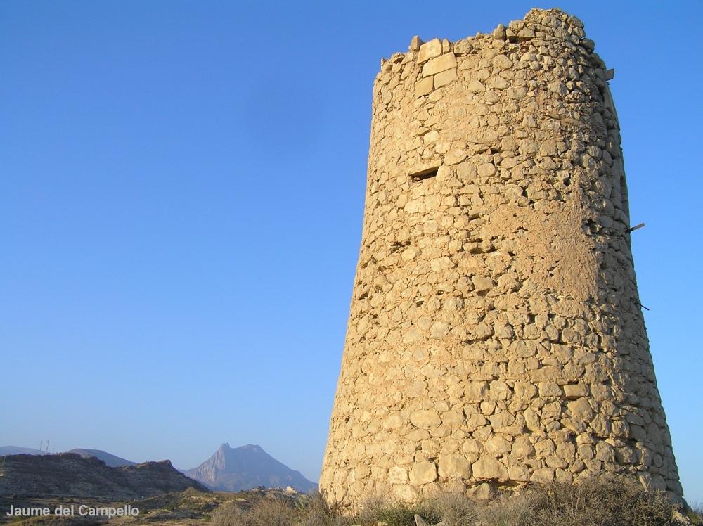Foto playa El Charco. Torre del Xarco amb el Puig Campana al fons