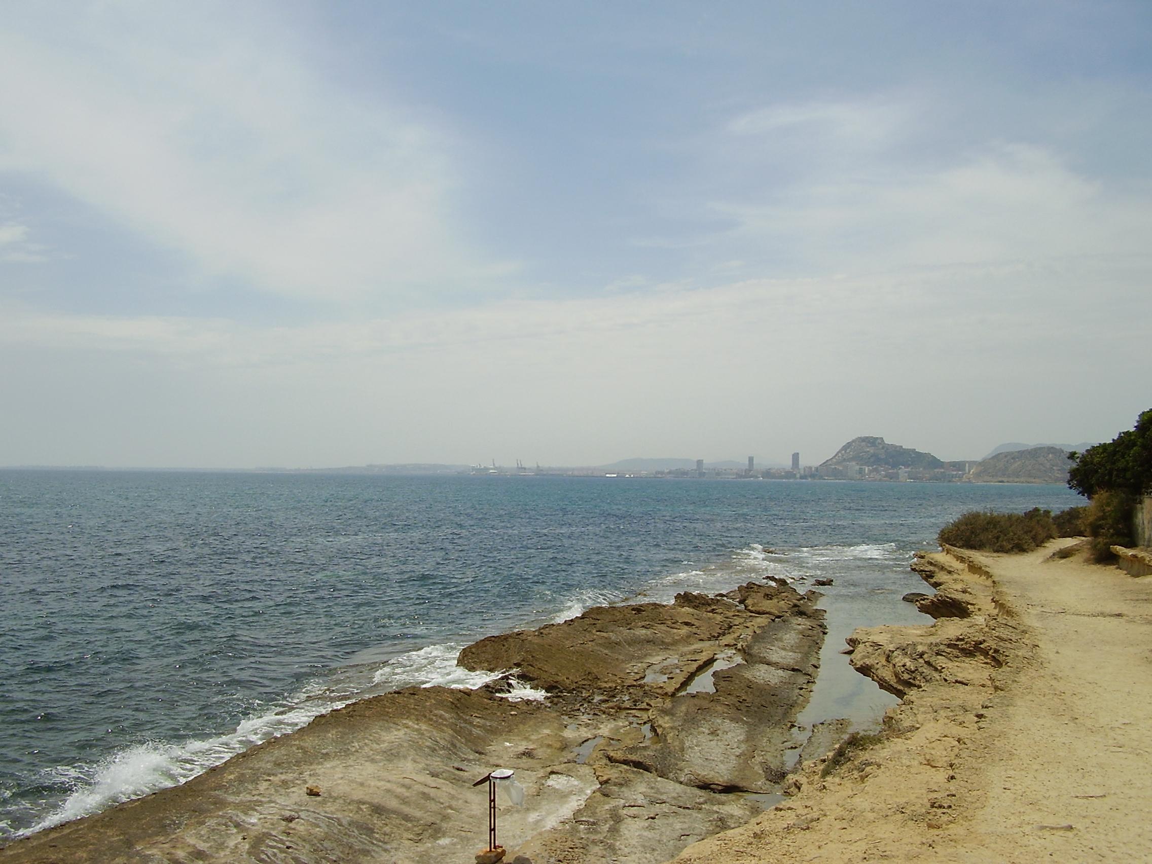 Foto playa Cala Cantalars.  Área Metropolitana de Alicante, España. Vista desde Cabo de La Huerta.