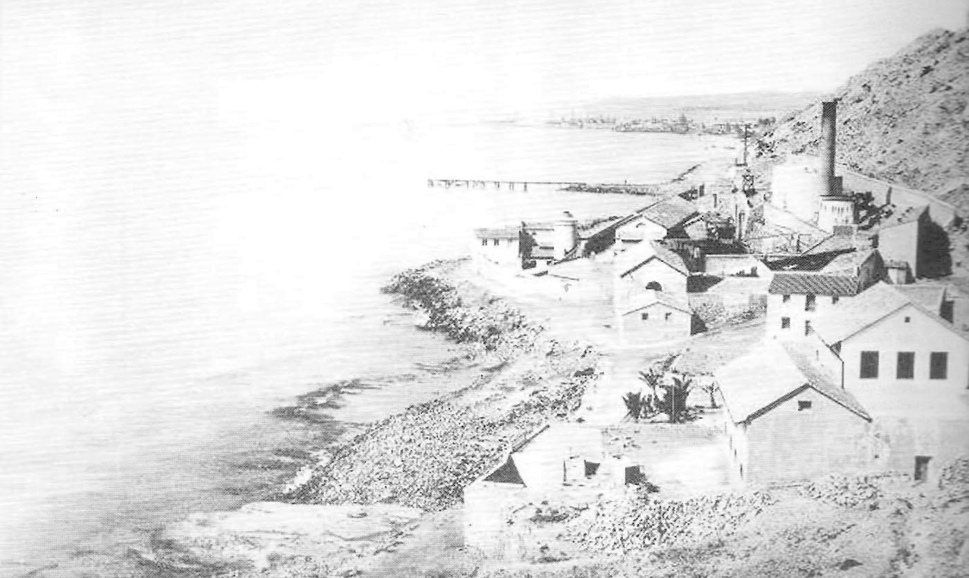 Foto playa Cala dels Jueus / Cala de los judíos. Refinería de La Británica