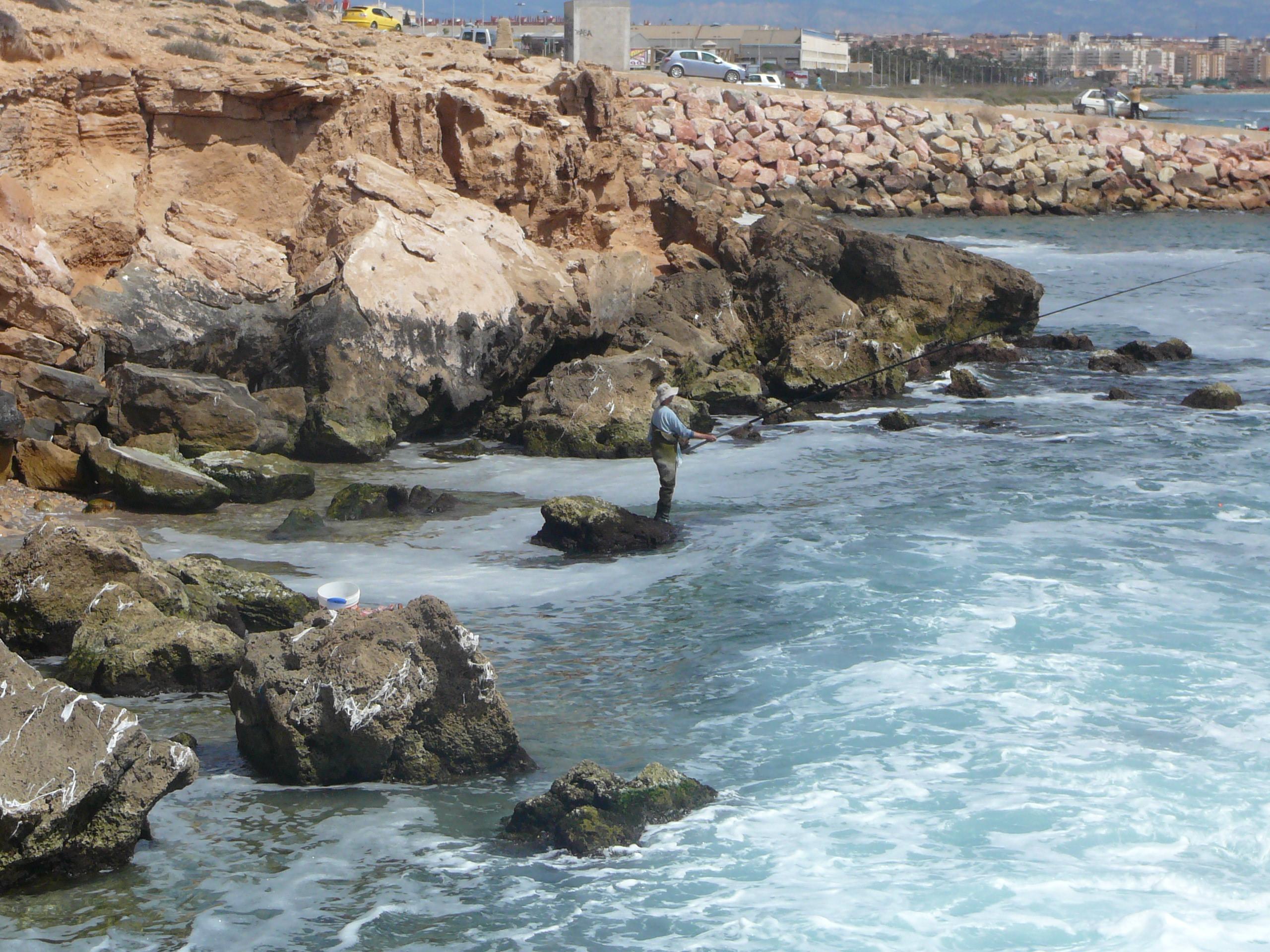 Foto playa Agua Amarga. Pescador