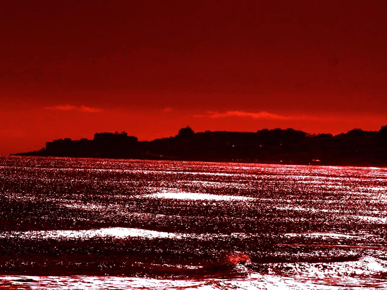 Foto playa La Roqueta. LA MAR DE VINO ,,,,,,,,,,,,,,,, TINTO  ,,,,,,,,,,,,,, Y ,,,,,,,,,,,,,,,ROJO,,,,,,,,,,,,,,,,,,,,,,,,,,,