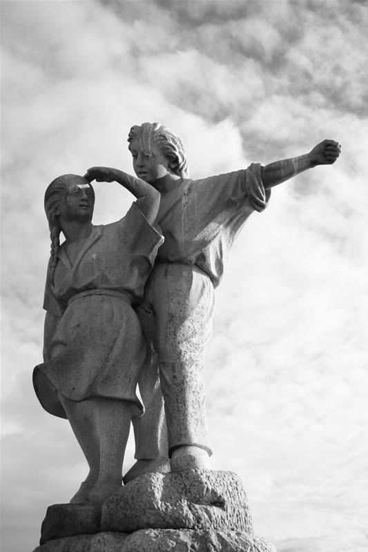 Foto playa O Baluarte / O Casqueiro. estatua dos emigrantes
