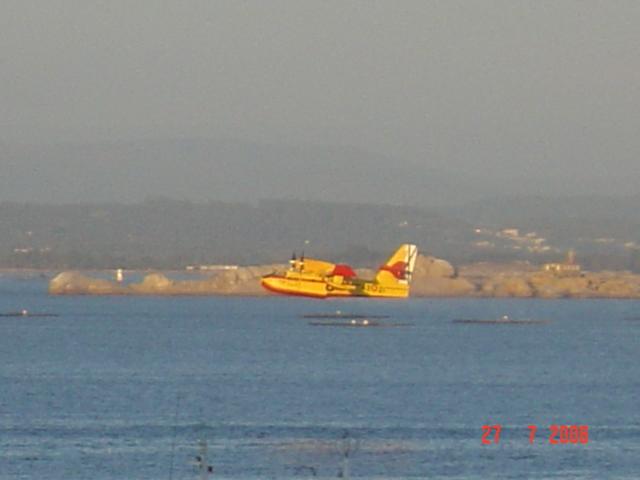 Foto playa Coroso. Hidroavión cargando auga (Sta. Uxia de Riveira)