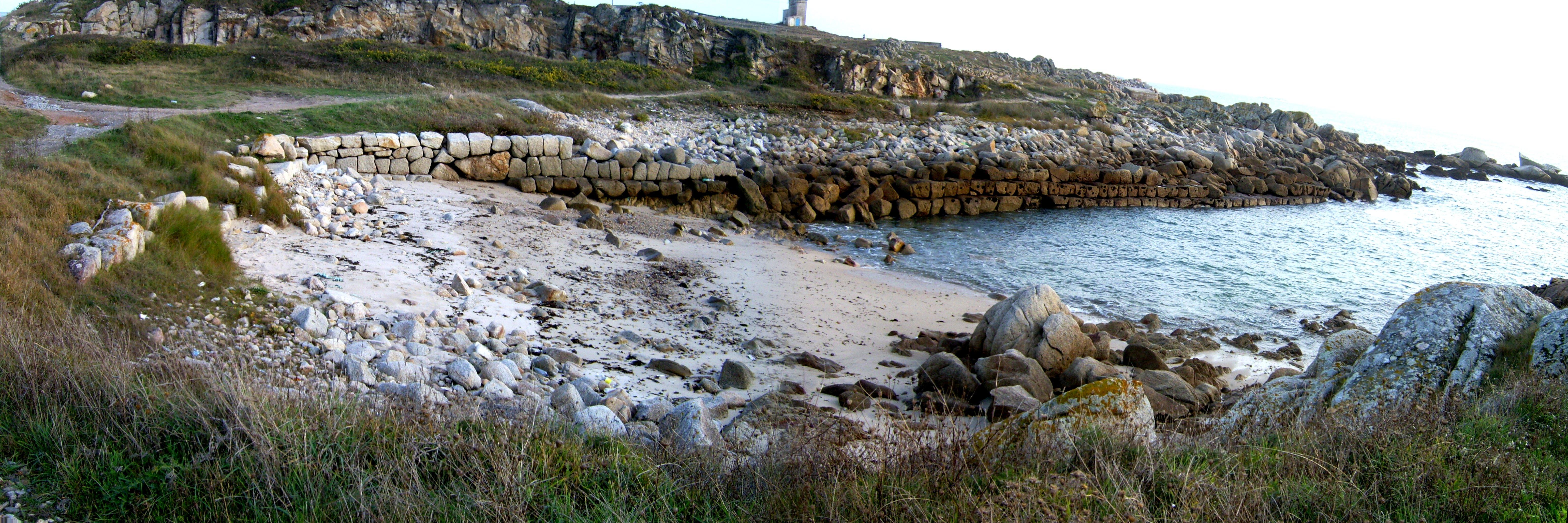 Foto playa Penisqueira. Panorámica do Muelle Fenicio de Aguiño