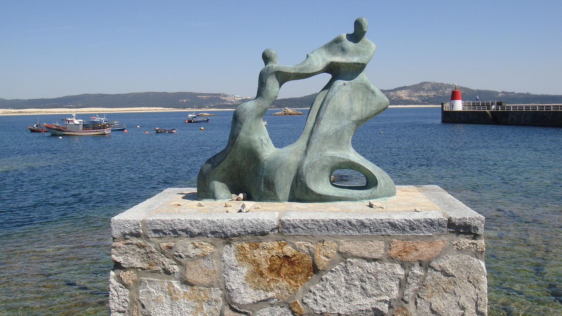 Foto playa Ribeira Grande. Corrubedo monumento a fallecidos del mar