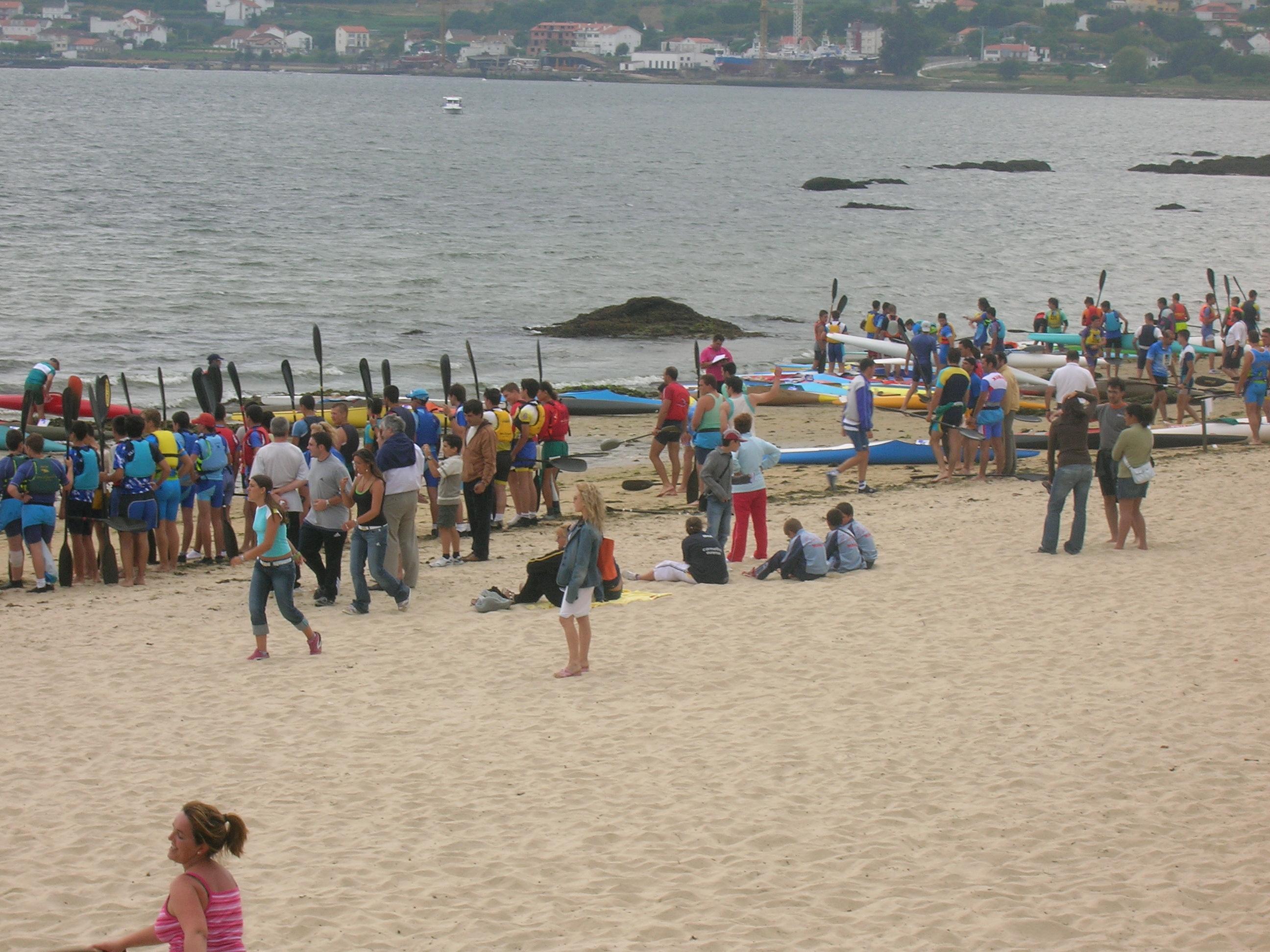 Foto playa Picouto / Picouso. piragüistas en playa de Broña