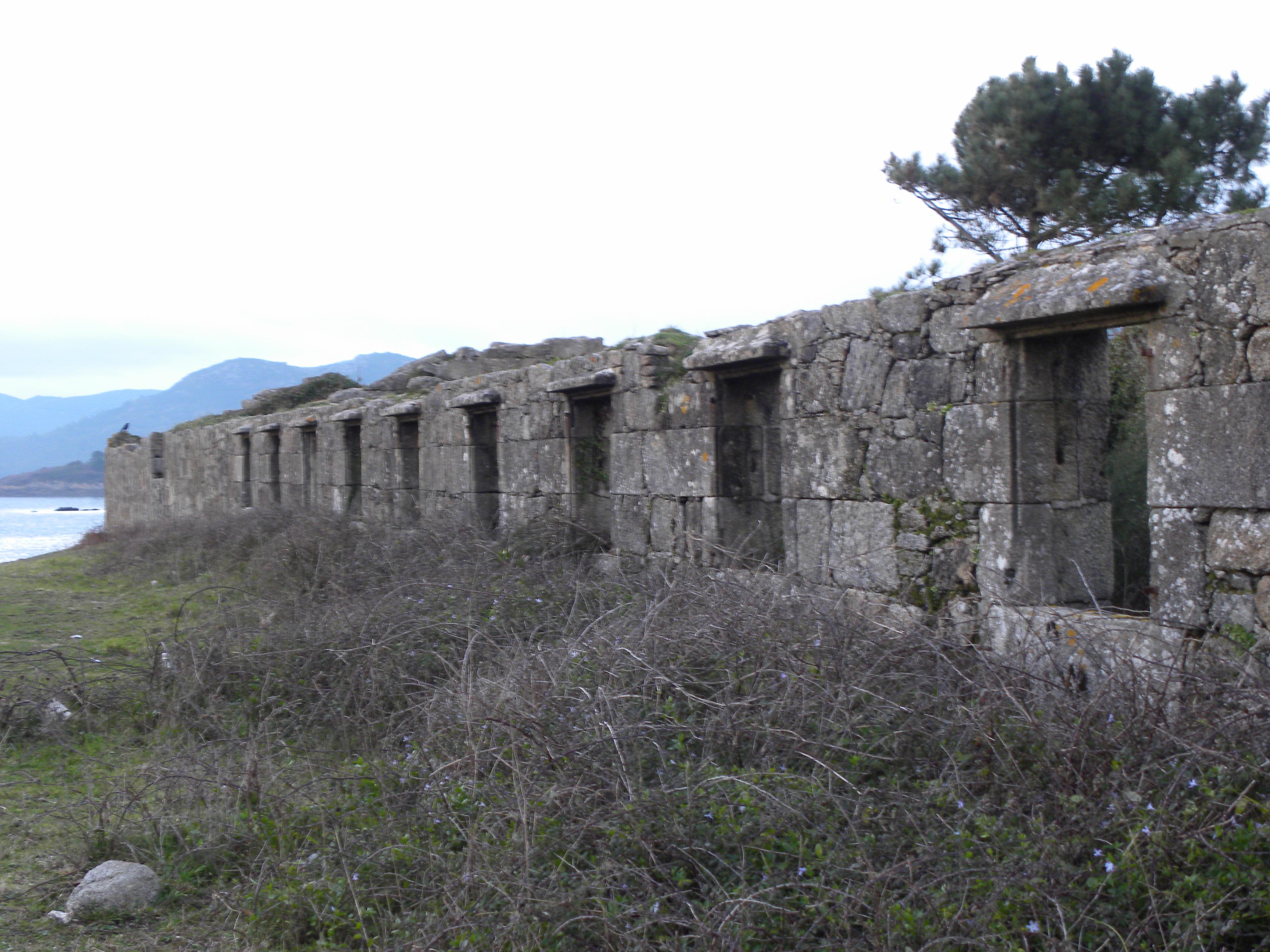 Foto playa Area do Medio. Antiga fábrica de salazón en Tal-Muros