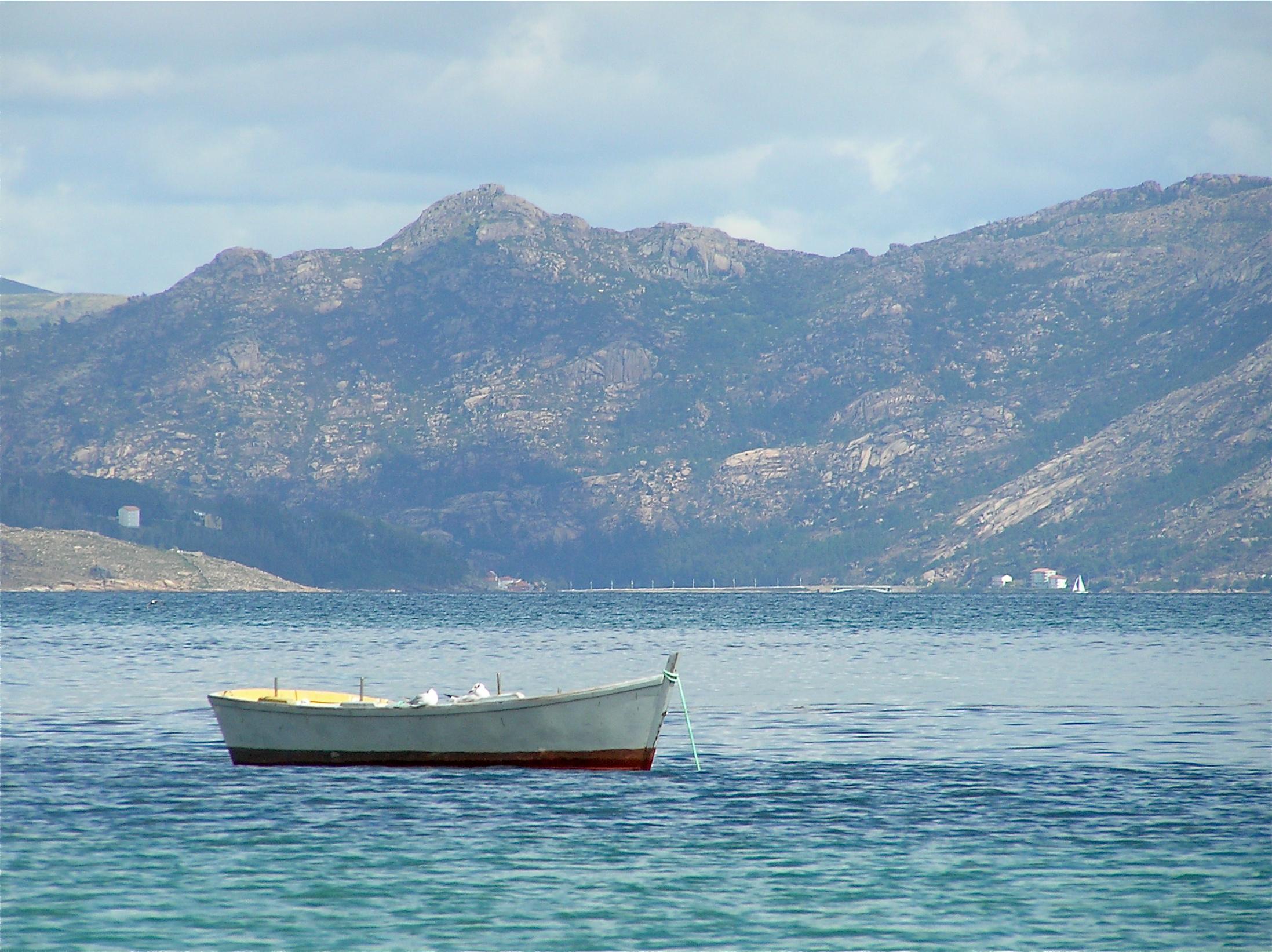 Foto playa Langosteira. Barchetta custodita da gabbiani da guardia (Finisterre)