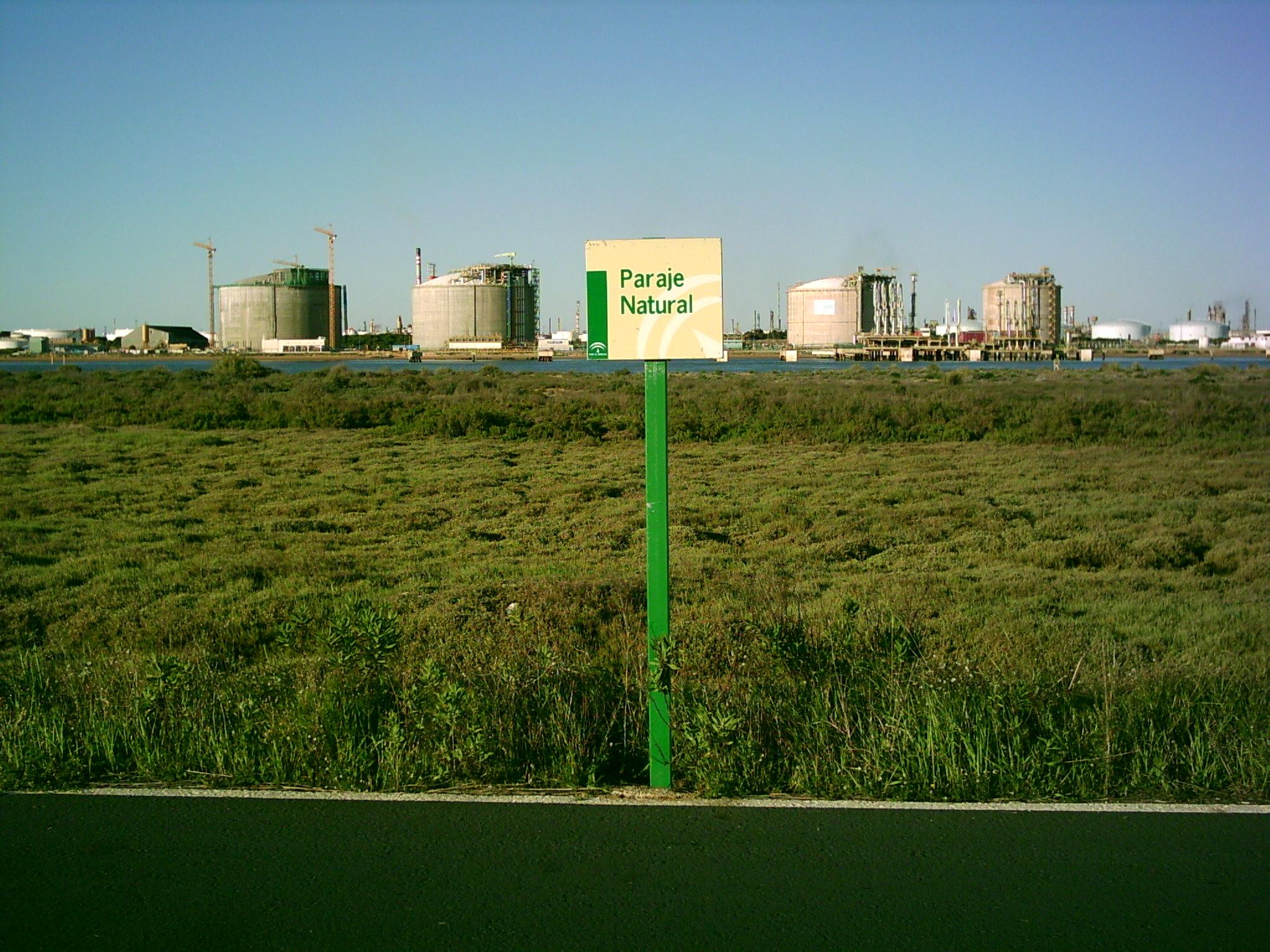 Foto playa Espigón. Polo químico de Huelva desde el dique Juan carlos I