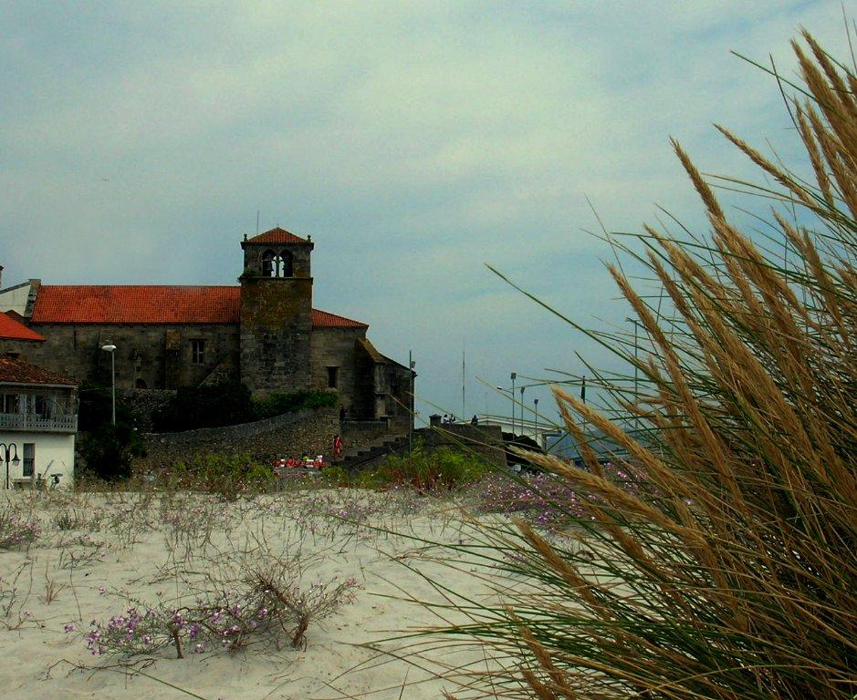 Foto playa Laxe. (MG) Igrexa Sta Mª da Atalaia, Laxe, A Coruña