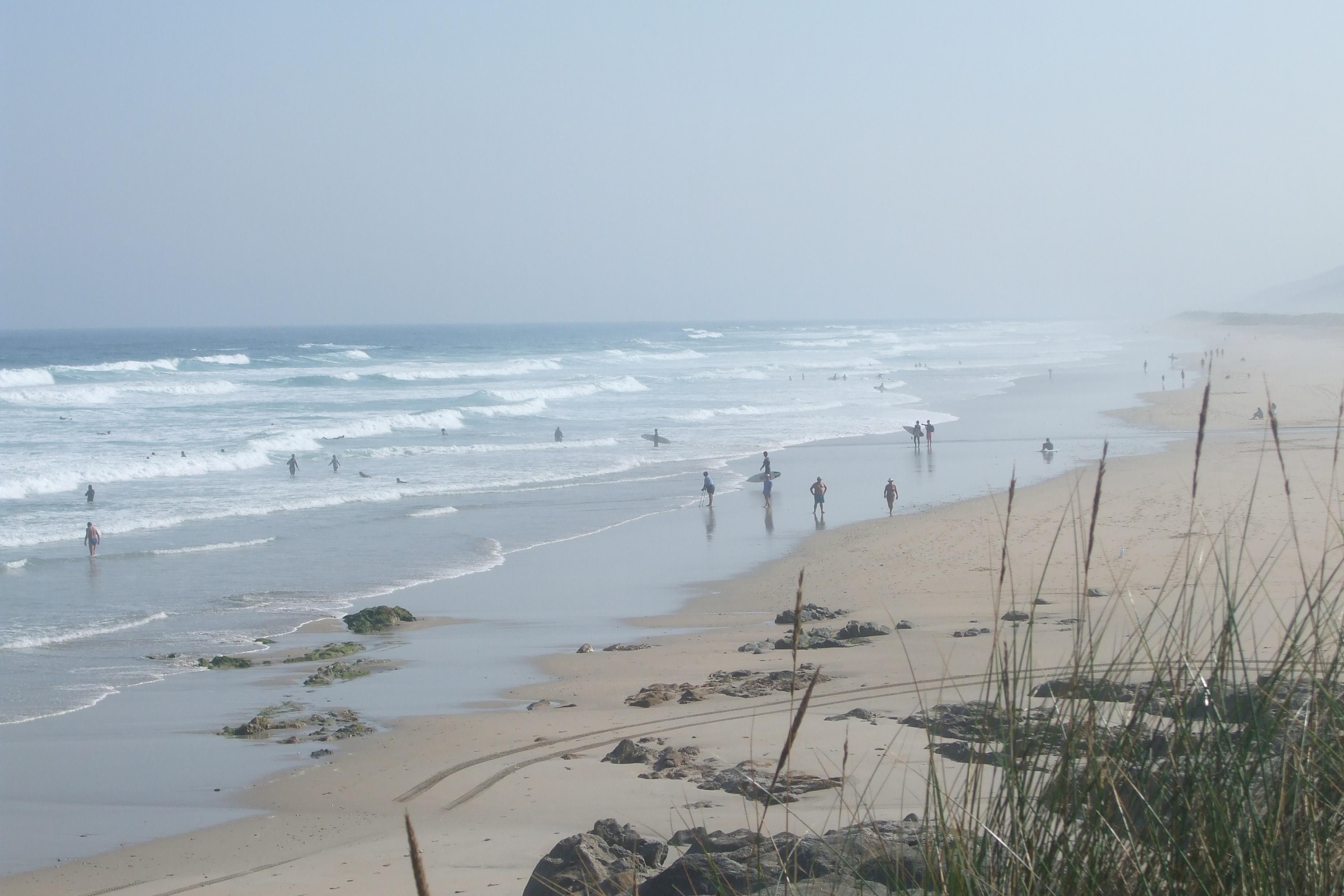 Foto playa Razo / Arnados. Surfistas