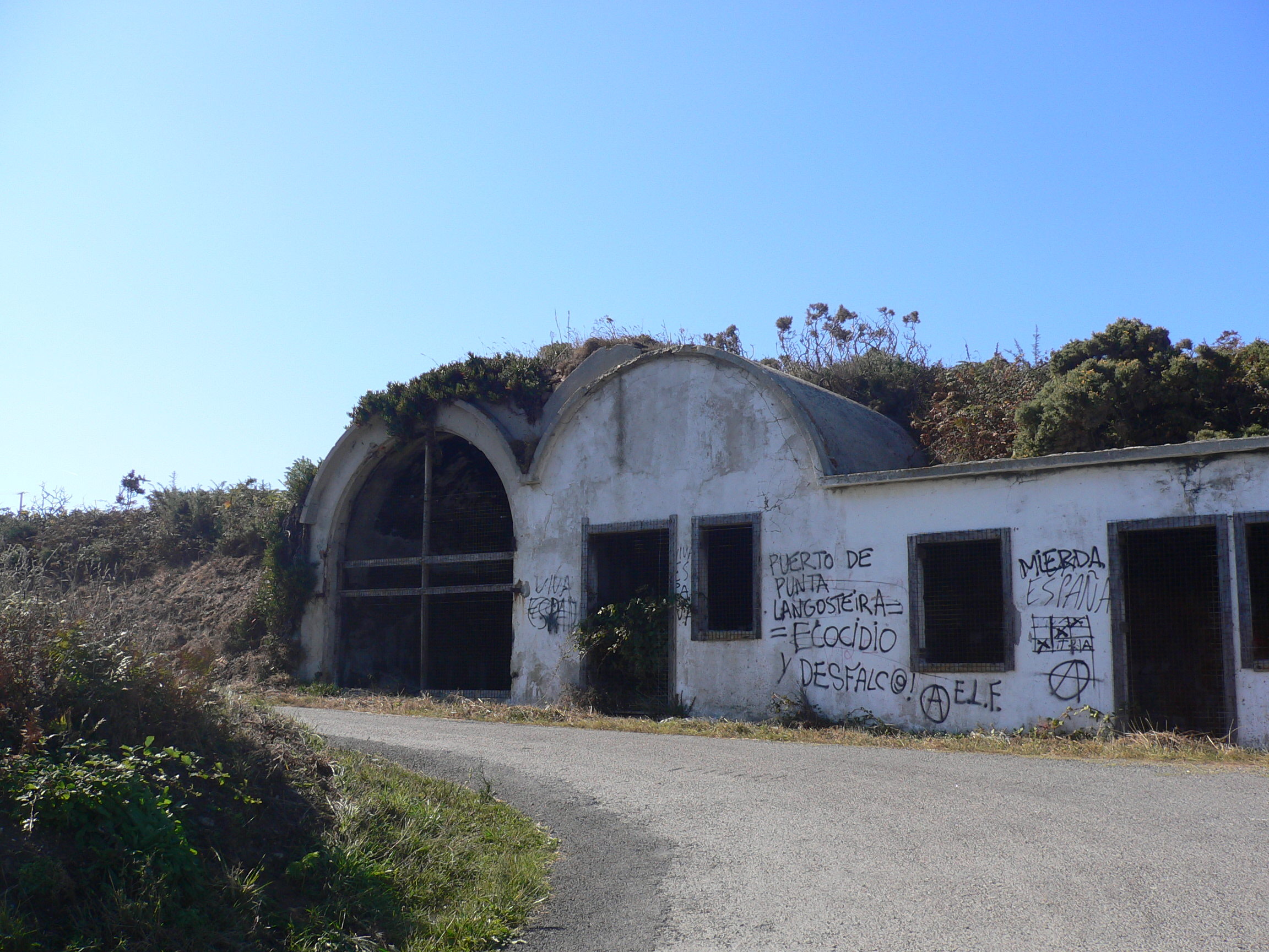 Foto playa Suevos / Area Grande. Ruinas militares en Suevos