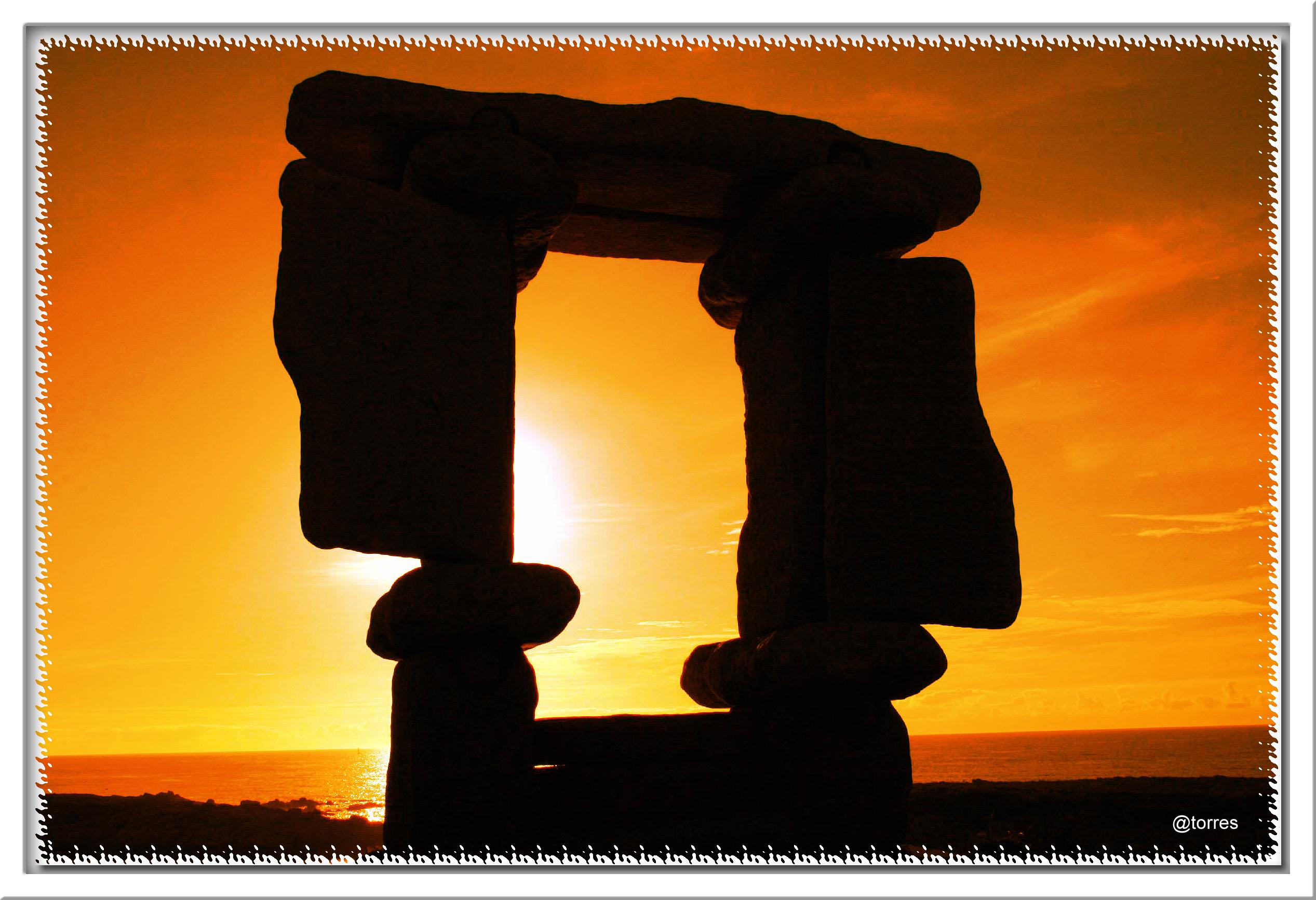 Foto playa Bens. Ventana al Mundo, escultura en granito, en el paseo marítimo de A Coruña (O portiño).