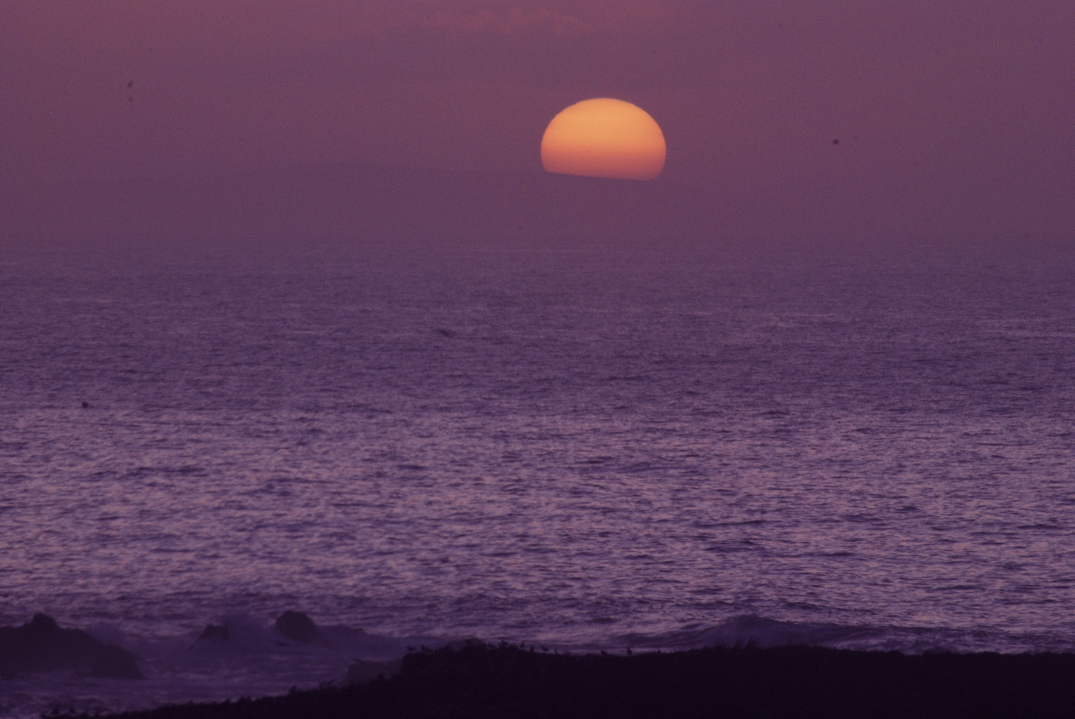 Foto playa La Cetárea. Sol violáceo