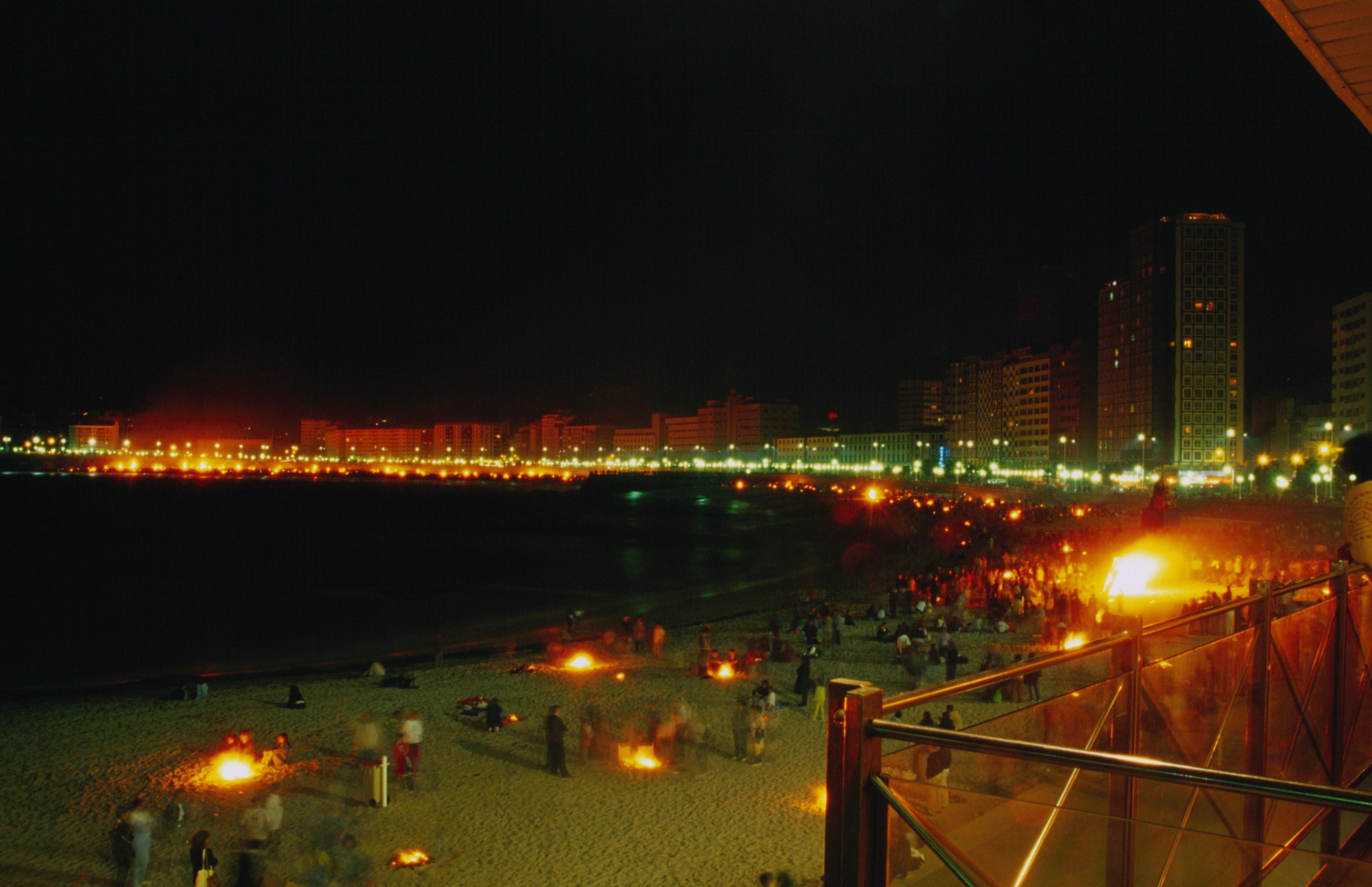 Foto playa Riazor. Hogueras de San Juan en la playa de Riazor