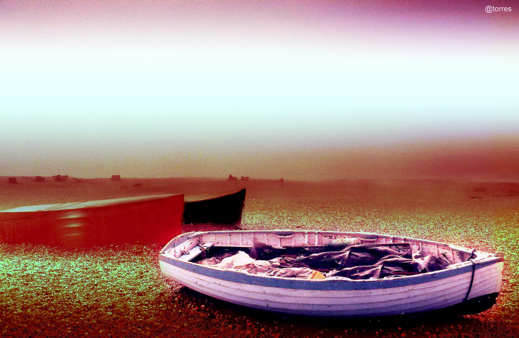 Foto playa Sada / Las Delicias / As Delicias. Embarcación solitaria en la villa de Sada