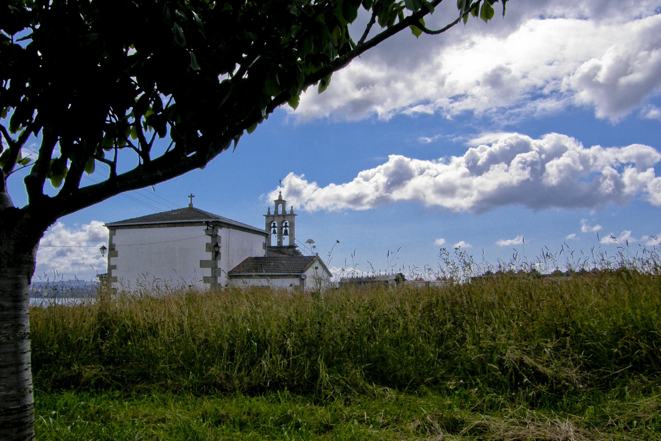 Foto playa Paredes. Igreja de Santiago de Boebre