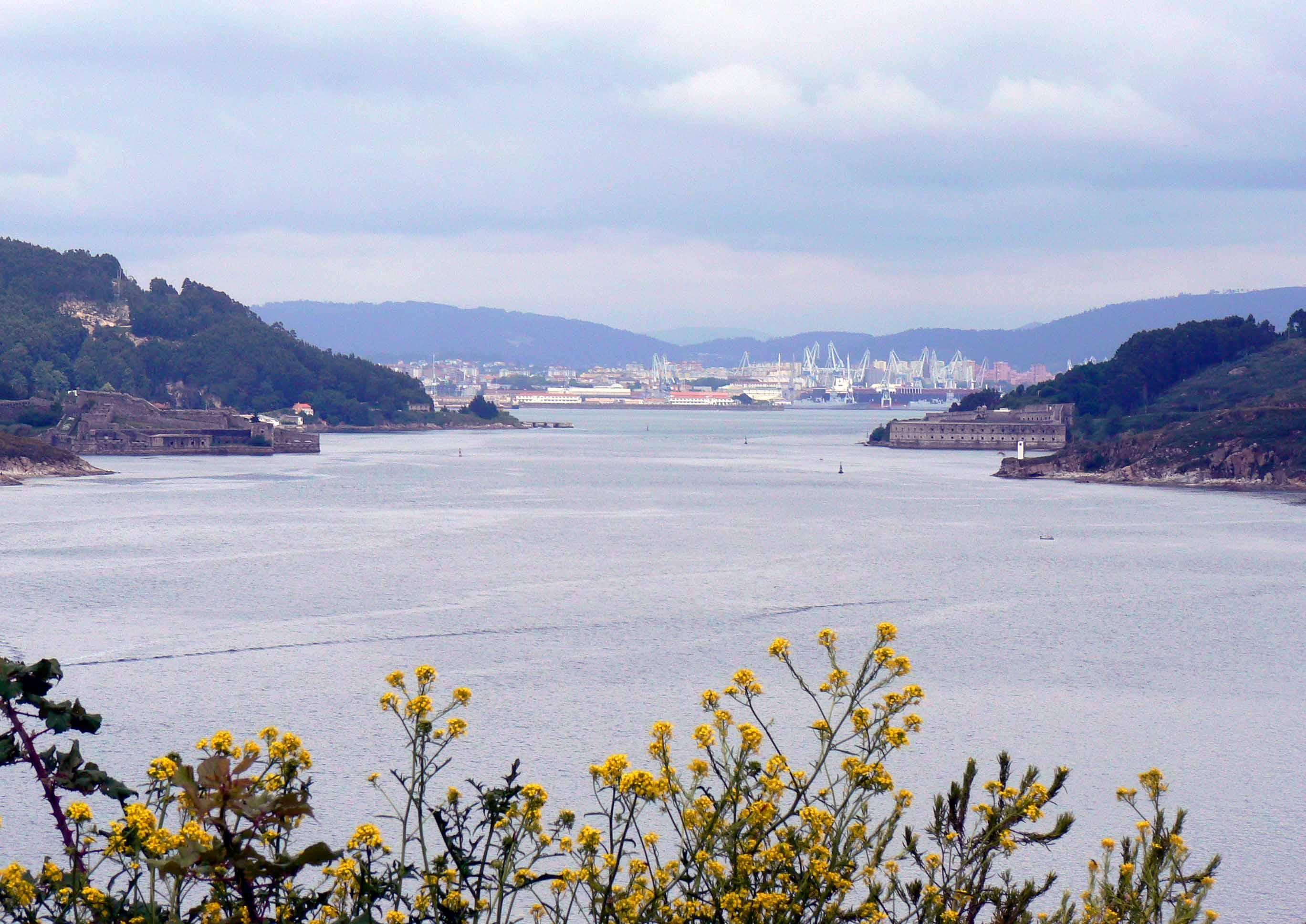 Foto playa Chanteiro. Desde Punta Segaño, entrada a la ría de Ferrol. Izquierda castillo de San Felipe, derecha castillo de La Palma