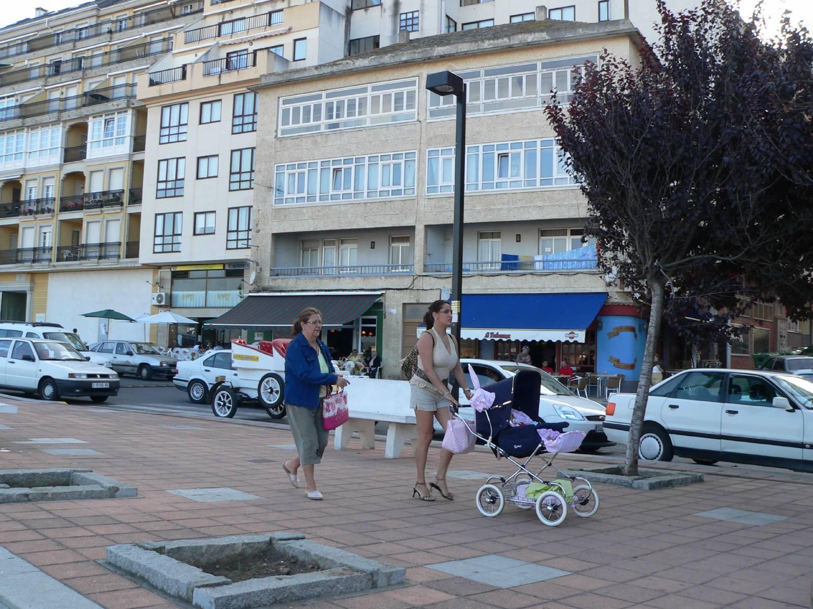 Foto playa Llás. Playa de Foz en Lugo la mamá y el bebé