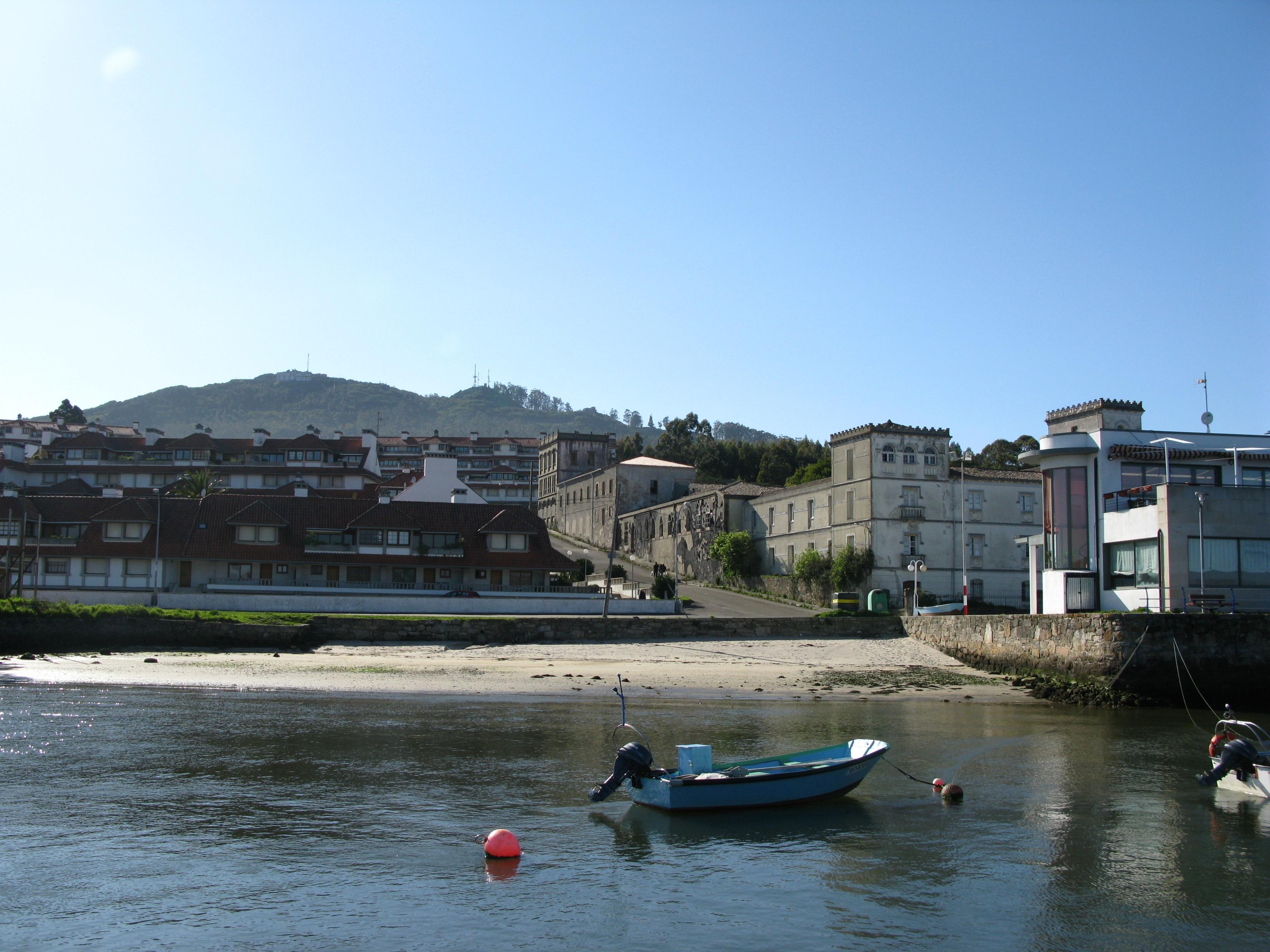 Foto playa Codesal. Monte Santa Tecla (from Ferry)