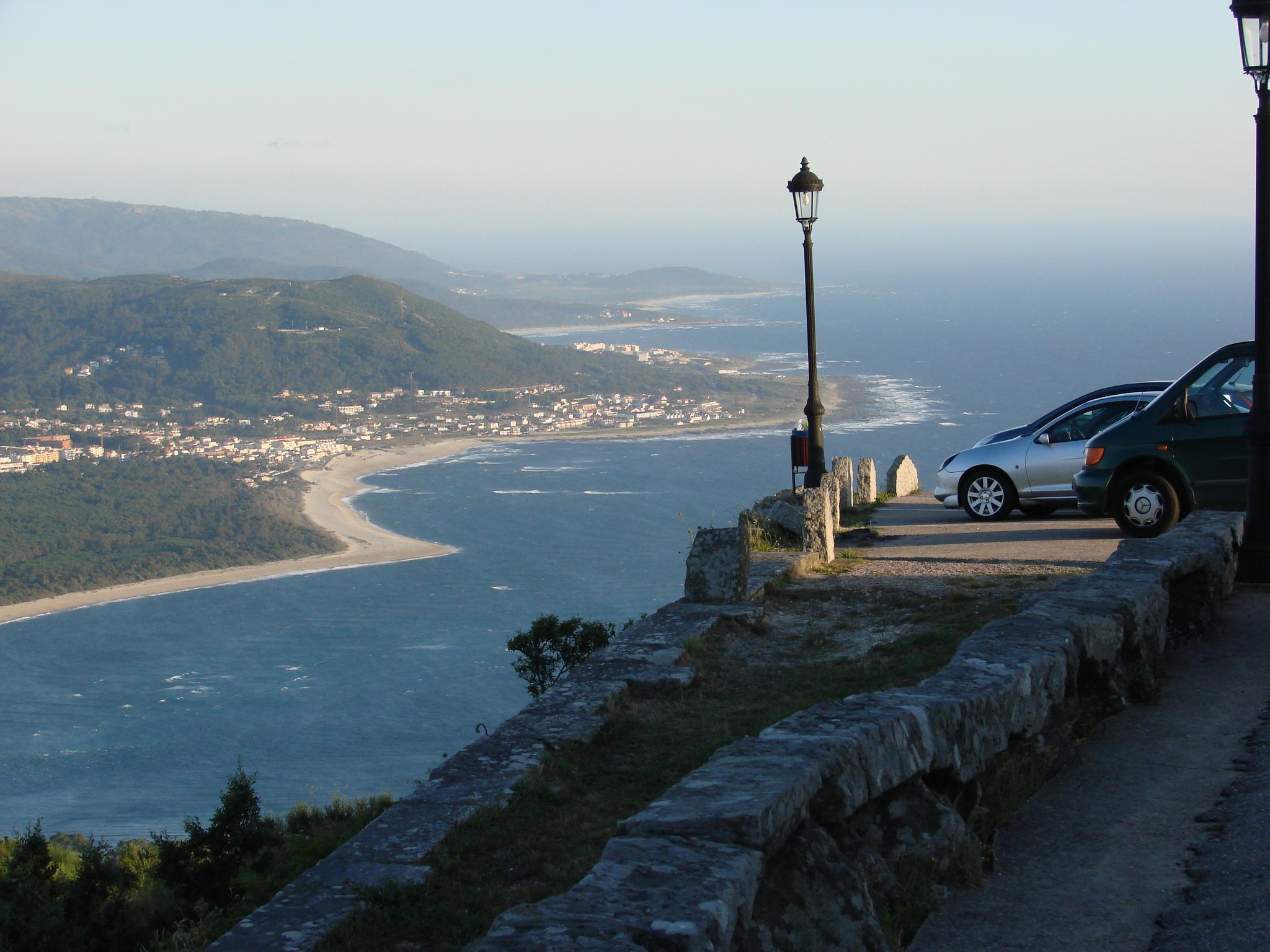 Foto playa A Armona. coches no alto santa tecla
