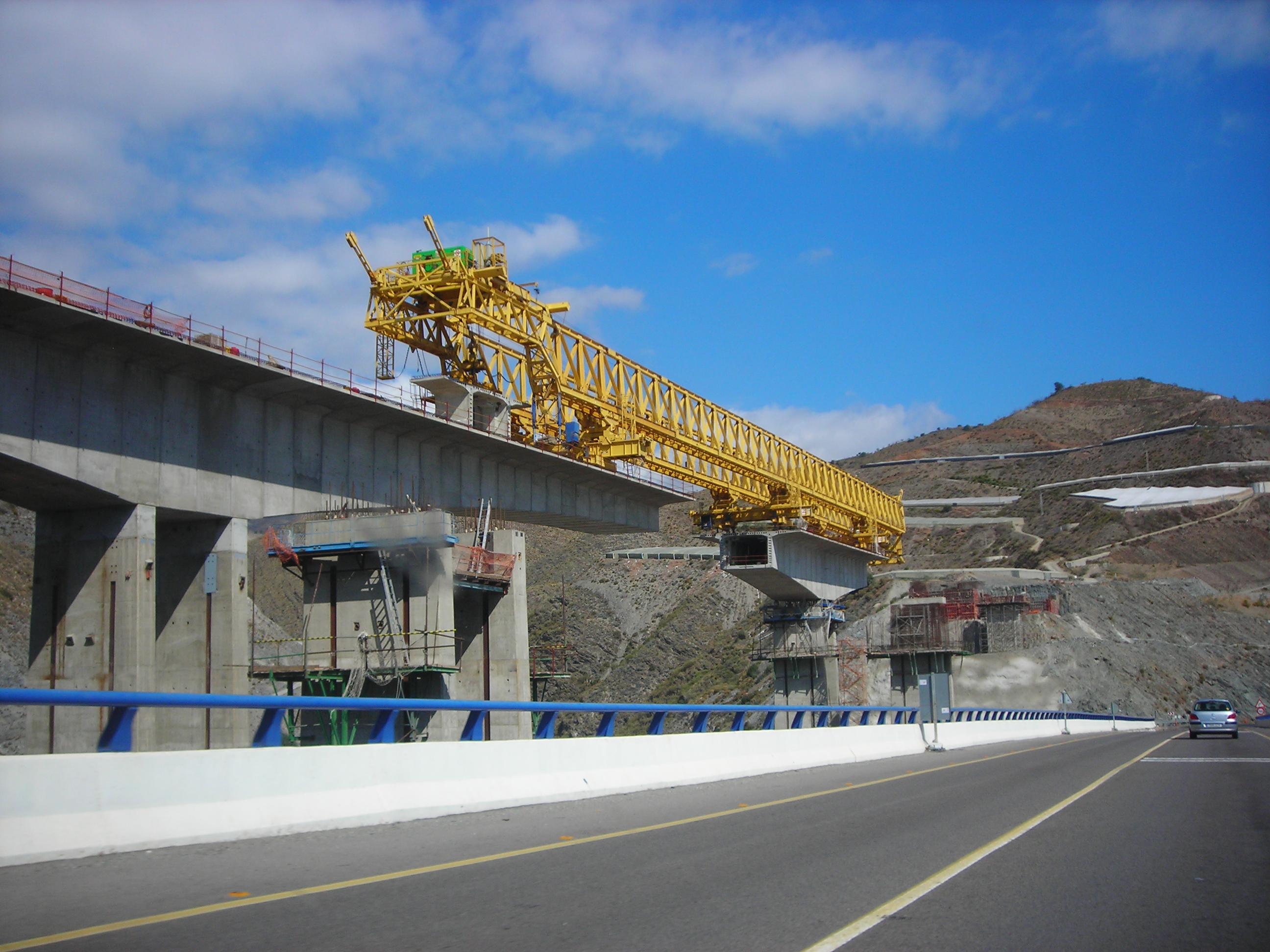 Foto playa El Ruso. Construcción de un viaducto en la A-7 con una estructura autotrepante. Octubre de 2006