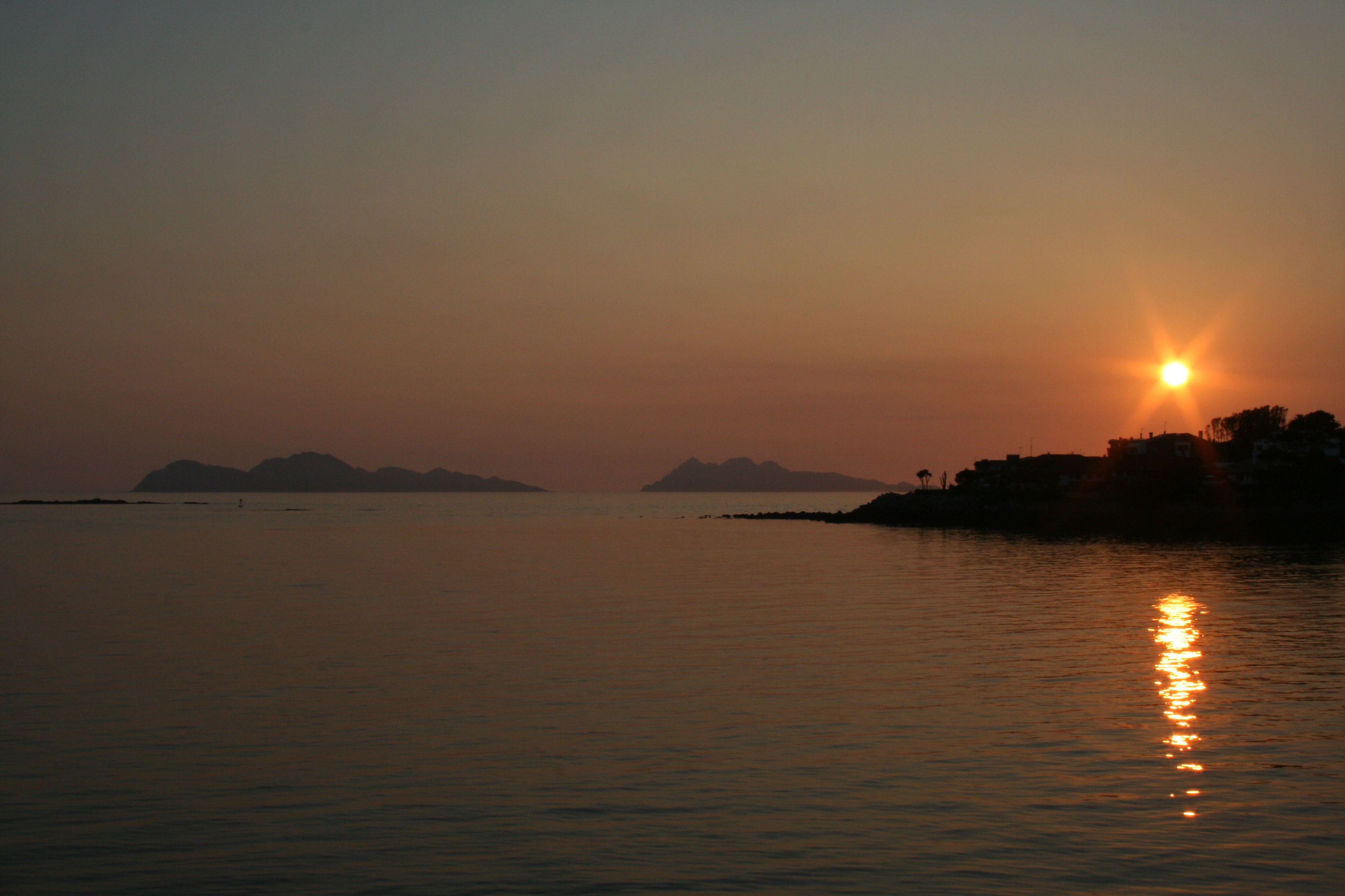 Foto playa Playa Fluvial. puesta de sol en la isla de toralla (vigo)