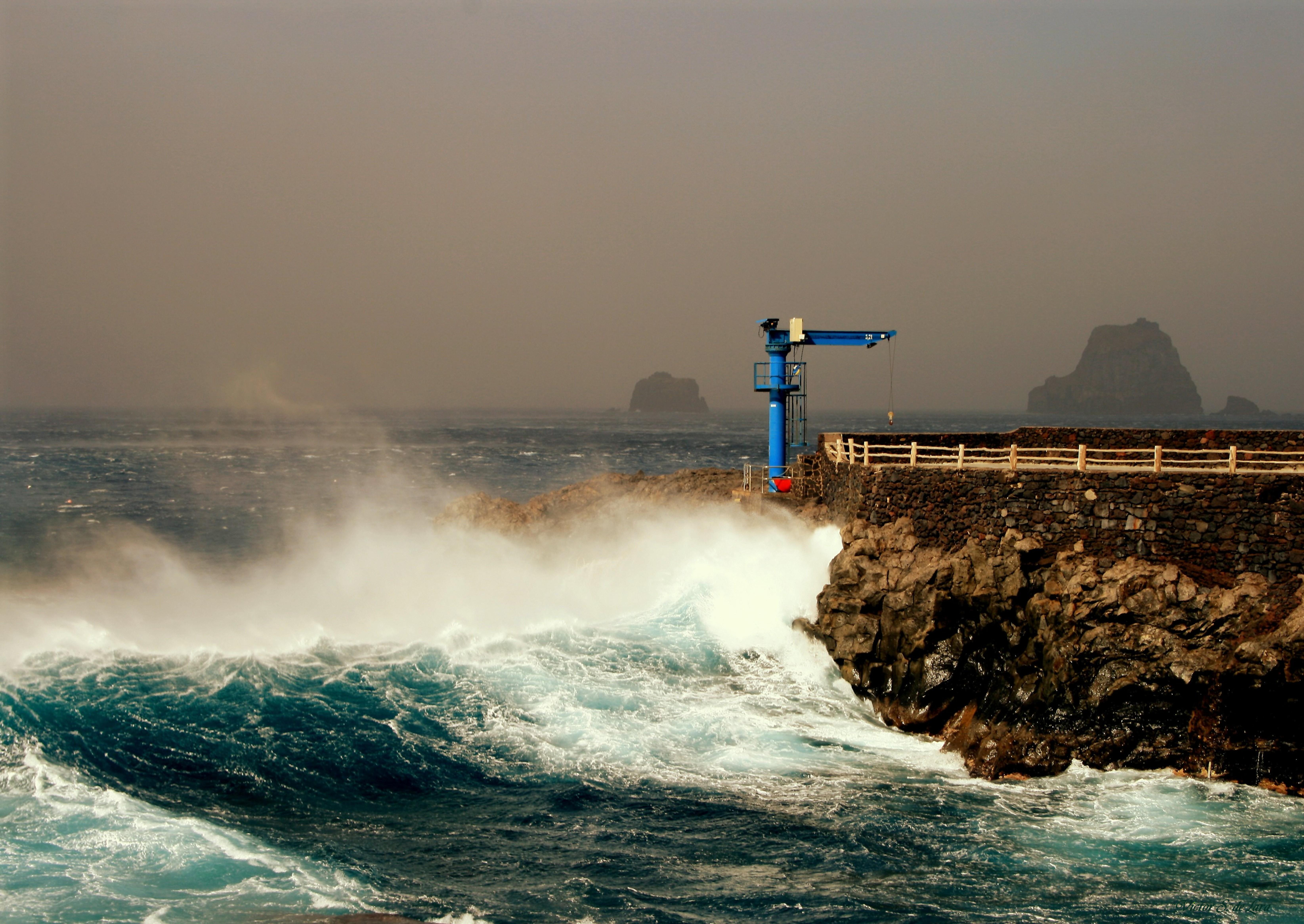 Foto playa Punta Grande. Grúa fuera de servicio ( Crane out of order )