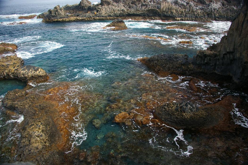 Foto playa Charco Azul / Los Llanillos. Colorful Coastal Waters