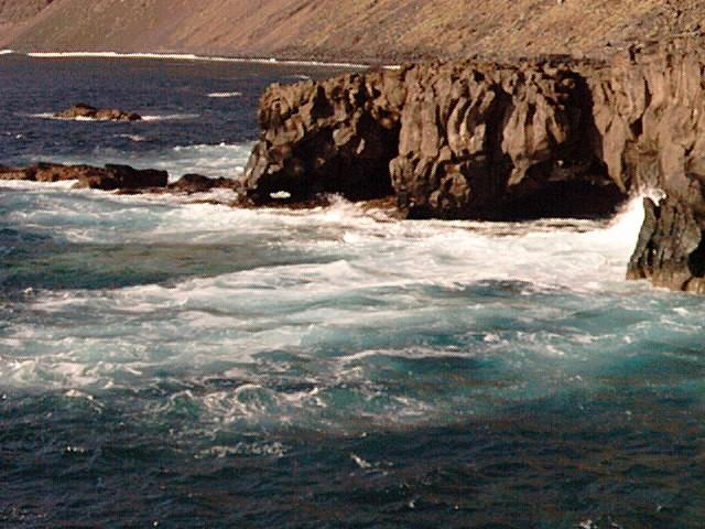 Foto playa Tacorón. Die erstarrte Lava erstreckt sich weit ins Meer hinaus