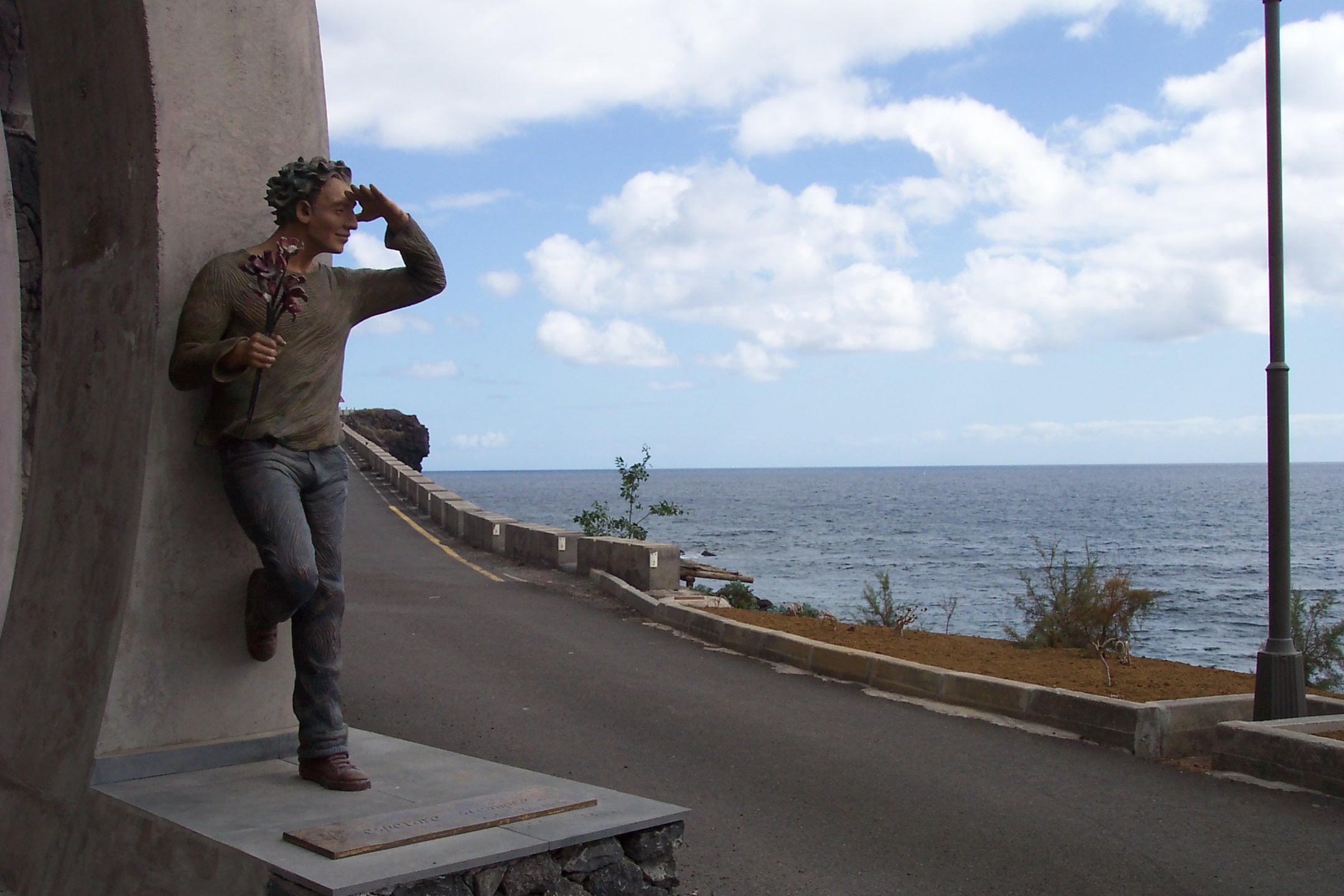 Foto playa Timijiraque. Escultura en entrada a Túnel de Timijiraque