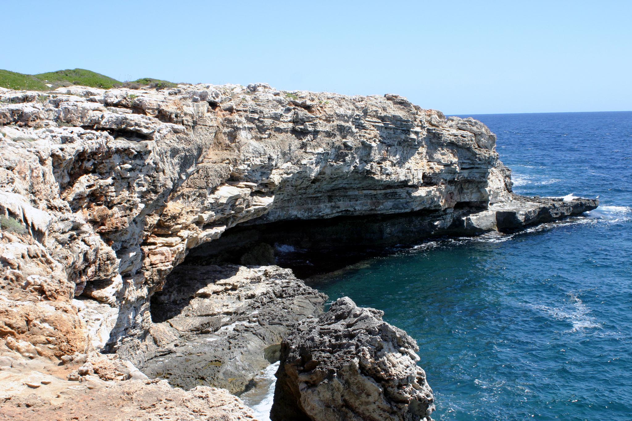 Foto playa Cala Alcaufar. Morro d´Alcalfar - sea cave