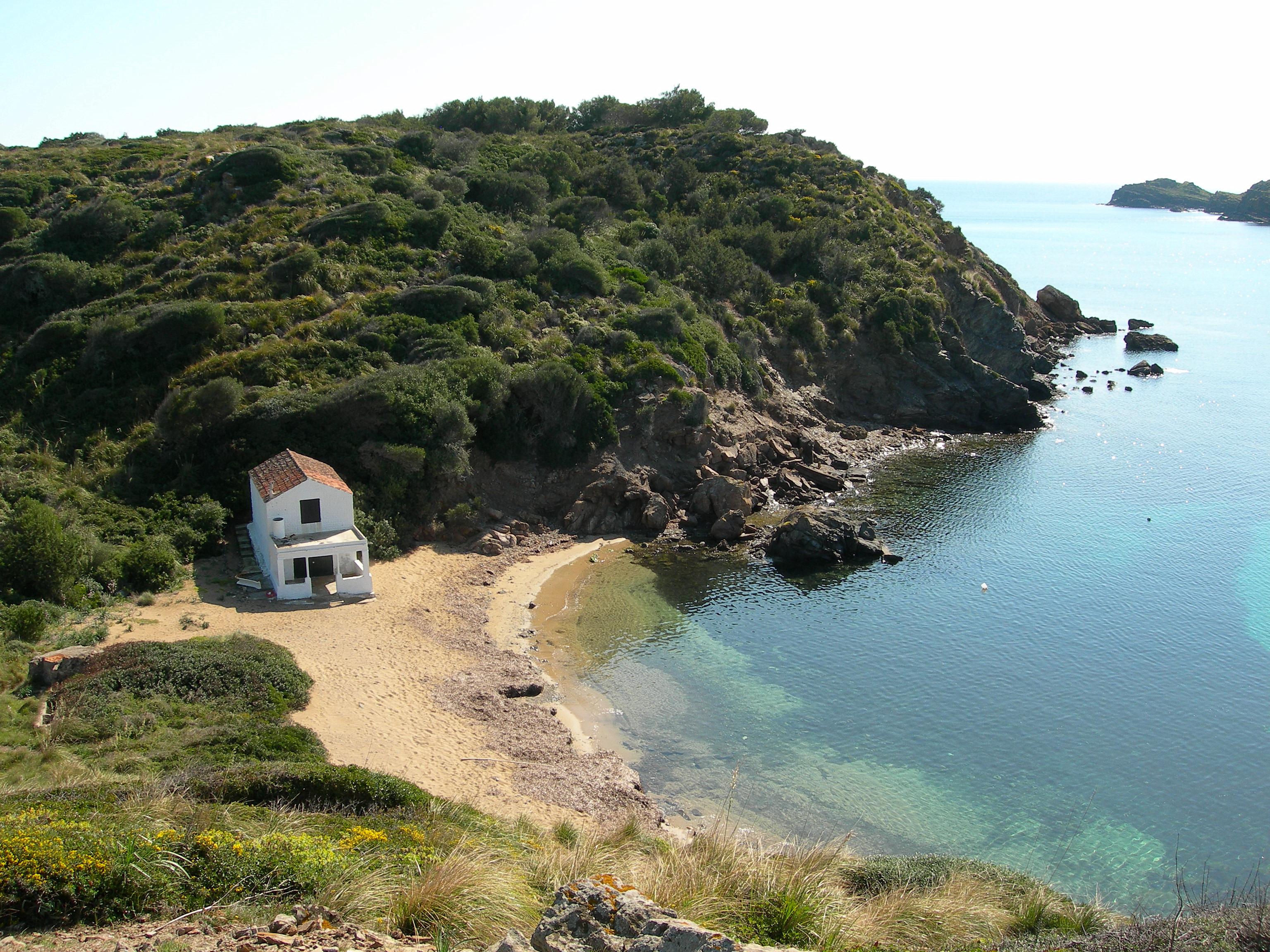 Foto playa Cala Tamarells. Playa de Es Grao. Mahón. Menorca. Caseta de pescadores.-