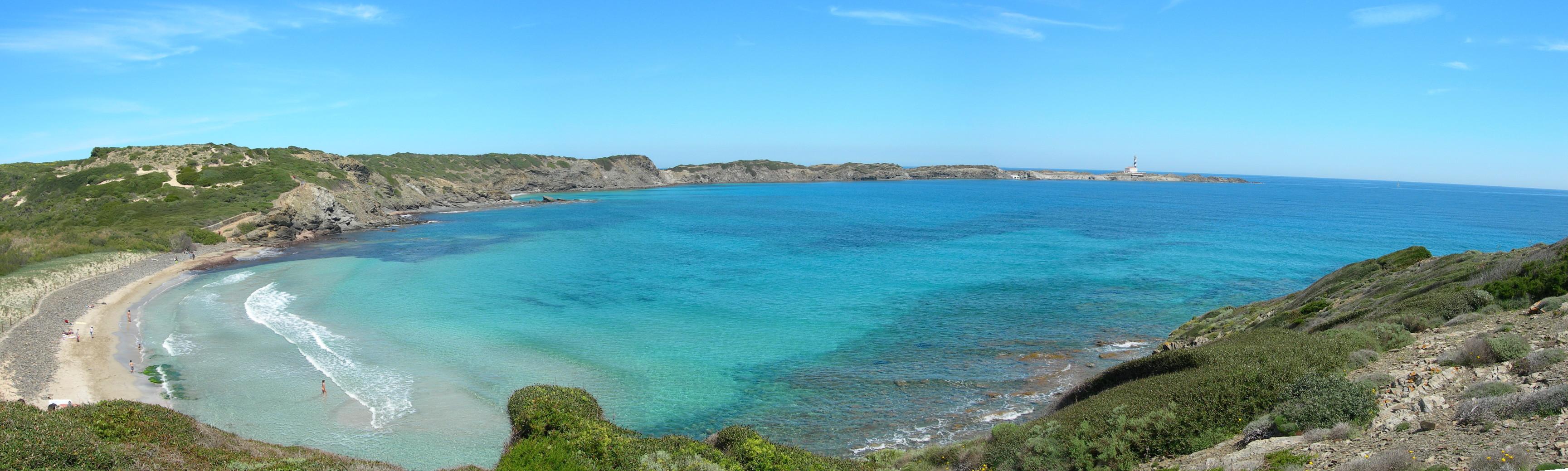 Foto playa Cala Morella Nou. Panorámica Cala Tortuga y Cabo de Favaritx. Costa E. de Menorca.-
